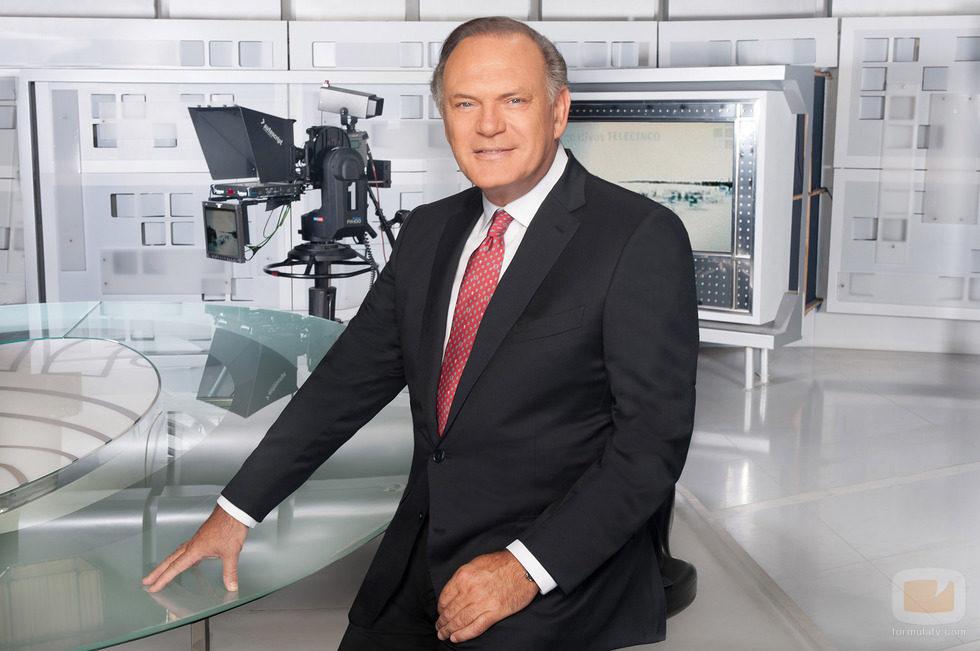 Pedro Piqueras en el plató de Informativos Telecinco