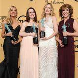 Joanne Froggatt, Sophie McShera, Laura Carmichael, y Phyllis Logan posan con el premio al mejor reparto de drama en los Sag 2015