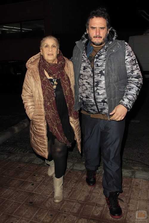 Terele Pávez junto a su hijo despidiendo a Amparo Baró