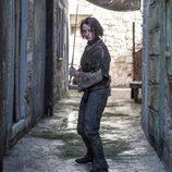 """Arya Stark practicando con """"Aguja"""""""