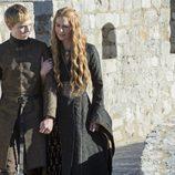 Dean Charles Chapman es Tommen Baratheon quien esta acompañado de su madre en la ficción Cersei Lannister