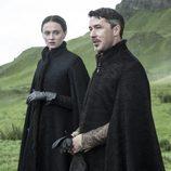 """Sansa Stark y """"meñique"""" paseando"""