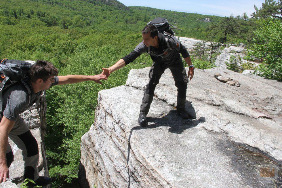 Bear Grylls ayuda a Zac Efron