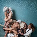 Nuria Fergó, junto a Torito, rodeada de cuerpos desnudos
