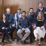 Los protagonistas de 'Los nuestros' junto al director