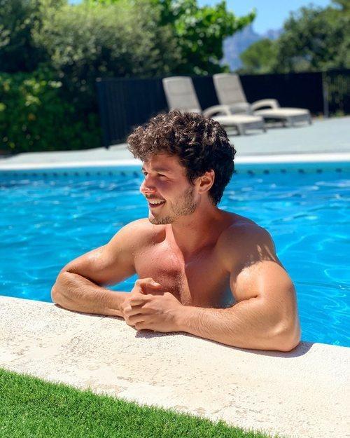 Miki Núñez luce cuerpo en la piscina