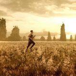 """El protagonista masculino del videoclip de """"Amanecer"""", corriendo"""