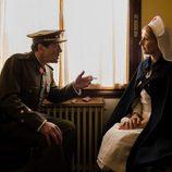 Juan Gea y Cayetana Guillén Cuervo en el tercer episodio de 'El ministerio del tiempo'