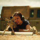 Isabel Santana practicando con el rifle en el primer capítulo de 'Los nuestros'