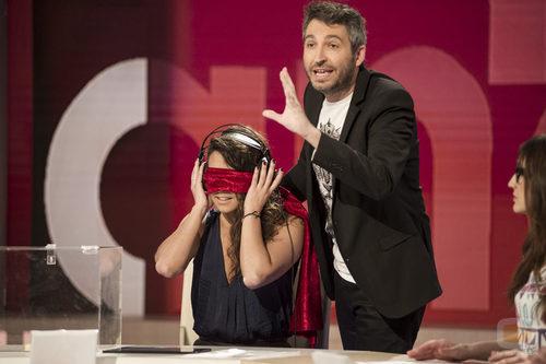 Cristina Pedroche con los ojos tapados en 'Zapeando'