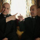 Antonio Resines como Ángel y Paco en el primer episodio de 'Aquí Paz y después Gloria'