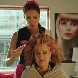 Cuca y Melany  en la peluquería en el primer episodio de 'Aquí Paz y después Gloria'
