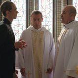 Julián,Ángel y el Obispo Martínez Carrión en el primer episodio de 'Aquí Paz y después Gloria'