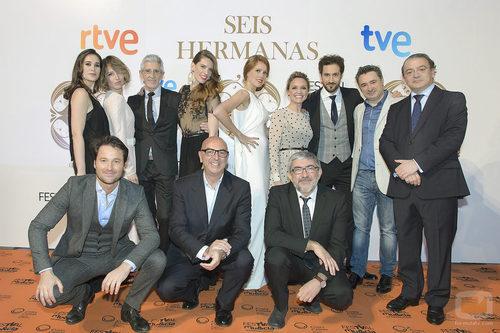 El reparto de 'Seis hermanas' con el equipo directivo de TVE y Bambú