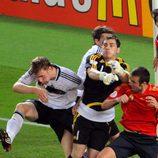 Íker Casillas despeja un balón en la final de la Eurocopa