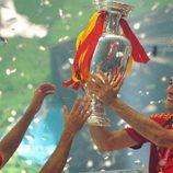 Los jugadores de la Roja disfrutan del trofeo