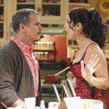 Los actores Tony Plana y Ana Ortiz en la serie 'Ugly Betty'