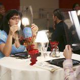 America Ferrera cenando en el capítulo
