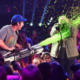 Adam Sandler con Josh Gad en los Nickelodeon's 28th Annual Kids' Choice Awards