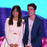 Chloe Bennet y Grant Gustin en los Nickelodeon's 28th Annual Kids' Choice Awards