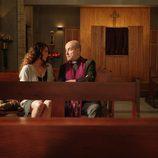 Paz y el Padre Ángel en el primer episodio de 'Aquí Paz y después Gloria'