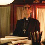 El Obispo Martínez Carrión en el primer episodio de 'Aquí Paz y después Gloria'