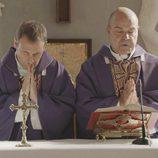 El padre Ángel y el Padre Juián en el segundo episodio de 'Aquí Paz y después Gloria'