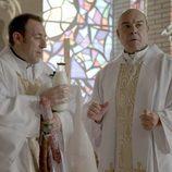 Los Padres Ángel y Julián en el tercer episodio de 'Aquí Paz y después Gloria'
