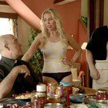 Gloria y los Padres Ángel y Julían en el tercer episodio de 'Aquí Paz y después Gloria'
