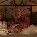 Gloria y los Padres Ángel y Julían en la cama durante el tercer episodio de 'Aquí Paz y después Gloria'