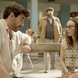 Fermín y Saray hablan en un banco en el tercer episodio de 'Aquí Paz y después Gloria'