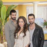 Ruben Cortada, Hiba Abouk y Jesus Castro se encuentran en 'El Príncipe'