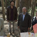 Víctor y Laura junto a los abuelos de Alicia en el primer episodio de 'Bajo sospecha'