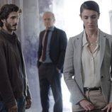 Laura y Víctor junto al comisario Casas en el segundo episodio de 'Bajo sospecha'