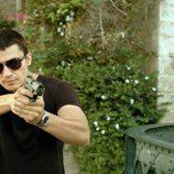 Morey con una pistola en el primer episodio de la segunda temporada 'El Príncipe'