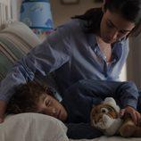 Laura junto a Pablo Vega en el quinto episodio de 'Bajo sospecha'