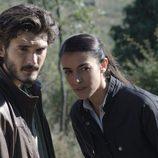 Laura y Víctor se internan en el bosque a investigar en el séptimo episodio de 'Bajo Sospecha'