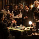 Fernando Guillén Cuervo jugando a las cartas en 'Seis hermanas'