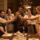 Álex Adróver brindando con las hermanas de 'Seis hermanas'