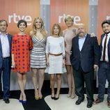 María José Bultó, Anne Igartiburu, José María Íñigo, Julia Varela, Federico Llano y Alberto Fernández junto a Edurne días antes del Festival de Eurovisión