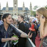 Edurne atendiendo a los medios en la alfombra roja en Viena