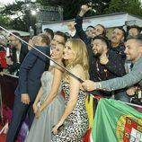 Edurne, Giuseppe y Miryam haciendose un selfie con los fans en la Ceremonia de Bienvenida en Viena