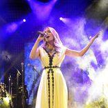 Edurne cantando con un vestido blanco en la Welcome Party en el Euroclub