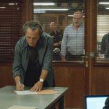 Fran firmando en la comisaría en el sexto capítulo de la segunda temporada de 'El Príncipe'