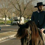 Iñaki, a caballo, en el séptimo capítulo de 'Allí abajo'