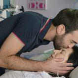 Iñaki, cada vez más cariñoso con su madre en el séptimo capítulo de 'Allí abajo'