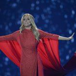 Giuseppe Di Bella le sujeta la capa a Edurne en el ensayo del Festival de Eurovisión 2015