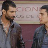 Faruq y el agente Morey conversan en el octavo capítulo de la segunda temporada de 'El Príncipe'