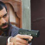 Faruq apunta con su pistola en el octavo capítulo de la segunda temporada de 'El Príncipe'