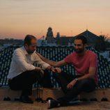 Iñaki y Rafi hablan en el ático en el noveno capítulo de 'Allí abajo'